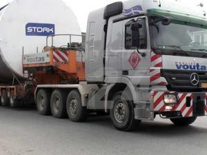 Τεράστια φορτηγά μεταφέρουν εξοπλισμό της ΔΕΗ
